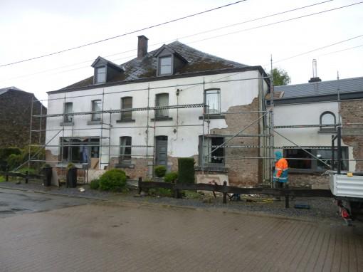 > La façade de briques de ce salon de coiffure à Grune était recouverte d'un vieux cimentage de finition en crépi blanc. Le client souhaitait retrouver la façade de briques à l'origine de ce bâtiment.