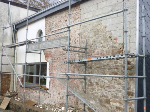 > Nous avons procédé au décapage du l'ancien cimentage et nous avons constaté de mauvaises briques ainsi que des parties en blocs de béton.