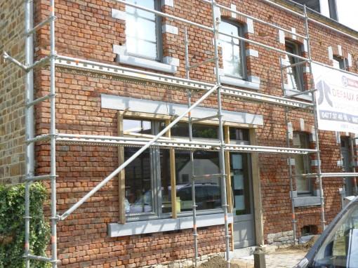 > Voici le résultat de la façade avec les remplacements de briques cassées et la pose de nouveaux seuils et linteaux de pierres de taille. Maçonneries et sablage terminés avant rejointoyage.